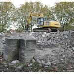 Octobre 2013,  démolition,  la pelleteuse sur le tas de pierres.