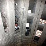 Храм Святого Семейства в Барселоне. Спуск внутри башни