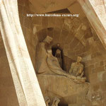 Храм Святого Семейства в Барселоне. Среди персонажей группы присутствует и автор скульптур - Жозеп-Мария Субиракс