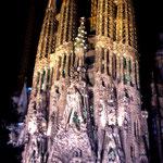 Храм Святого Семейства в Барселоне. Фасад Рождества. Вид ночью