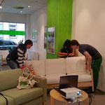 Die Fleißigen Handwerker beim aufbauen der Sitzmöglichkeiten ;)