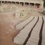 Die Hohlsteine werden auf dem Bauplatz hergestellt