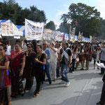 公園内の会場にはネパールの食べ物などの露天が立ち並ぶ