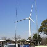 江東区 風力発電所、羽の直径80m、風向きに合わせて首が回転する