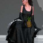 Sitzende in Kleid drei. Die Welt der figitalen Mode auf der Aachener Kunstroute 2016.