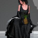Sitzende in Kleid zwei. Die Welt der figitalen Mode auf der Aachener Kunstroute 2016.