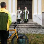 Reisesegen durch Pfarrer Thoma und Pater Binoy
