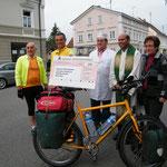 Scheckübergabe (2260 €), v.l. Herr Bürgermeister Birle, Raimund Kraus, Herr Bosch, Pater Binoy, Frau Natzer
