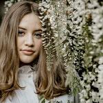 Beauty Portrait im Blauregen