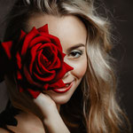 Portrait mit roter Rose