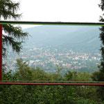 Witzige Idee: Das Harzburger Fenster, kurz vor dem Elfenstein - ein Freiluft-Rahmen mit Blick auf Bad Harzburg