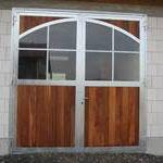 Drehtor mit Denya-Hartholz und Bogenfenster