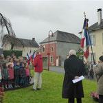 Les enfants de l'école chantent la Marseillaise dirigés par M. BURGUES, leur directeur