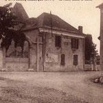 """Ancienne Mairie de LAMARQUE qui se trouvait sur la cour"""" récréation de la Maternelle"""" et le parking jouxtant le Groupe scolaire. A l'angle l'épicerie (actuellement  Maison """"Pequena"""" face à l'agence postale"""