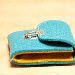 türkis-gelb, kleiner Geldbeutel aus Wollfilz 100% Wolle, ohne Plastik, biologisch abbaubar, in Deutschland handgefertigt