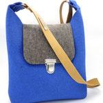 Nachhaltige Tasche aus Wollfilz (100% Wolle), plastikfrei, in Deutschland handgefertigt, hier in enzian-naturgrau mit Topanga Gurt