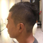 クセ毛を生かしたソフトモヒカンスタイル。