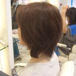 顔にかかる髪はそれだけで顔の印象を暗くしてしまいがちです。前髪は短めにし、笑顔の映える髪型を目指しました。基本はハイレイヤーでトップ短めスタイル、表面に毛流れを付けてしなやかな動きが出るようにしています。