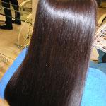 強めの波状毛のクセがあるロングワンレングスです。当店オリジナル縮毛矯正でしっかりとクセを伸ばしました。髪のツヤもあり普段の手入れもブラシを軽く通しながら乾かすだけでツヤツヤサラサラストレートが再現できます