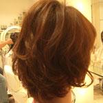 ウェイトの厚みを残した毛先は強めにワンカールさせることで軽やかな印象になり、段を入れたトップのふんわり感も強調されます