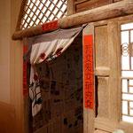 展示でははずしてありますが、入口部分には分厚い木製の開き戸がついています。