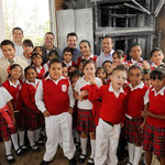 Gobernador y Presidente Municipal con los niños de la escuela