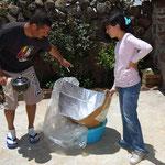 Cocinando en la estufa solar de fabricación casera