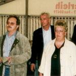Die Vorstandschaft mit Schirmherr Roland Kauper und Thomas Strunz beim Einzug ins Zelt