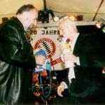 Roland Kauper und Thomas Strunz im Gespräch und beim Austausch von Geschenken