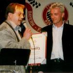 Übergabe der Ehrenurkunde von Thomas Strunz an den Vorsitzenden des FC Bayern Fanclub Scheßlitz im Namen des FC Bayern München