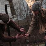 Antje und Philipp beim sanften Rebschnitt  im Weinberg von Galle und Rausch