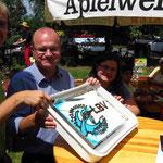 Auch Kuchenbäcker sind Künstler - Bürgermeister Neßwald und der LBV-Vorsitzender Dr. Schäffer mit Tochter Anna schneiden eine Eisvogel-Torte an