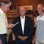 Richard Weibert (links) und Richard Kalkbrenner (Bildmitte) gratulieren