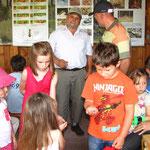 Die Larven der Rosenkäfer (in Kinderhand) findet man auch in Ameisenhaufen