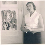 1958 vor dem Portrait ihres Mannes Heinz Stock in Bonn