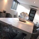 table en béton et chaises en polycarbonate transparente design