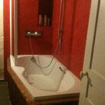 raccordement d'eau, enduit hydro effet stuc et encadrement baignoire en bois