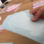 Hinweis: Wenn Stoff ein Muster hat, darauf achten, dass die Teile immer gleich aufgeklebt werden (stimmig zum Muster)