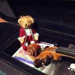 先生のバイオリンケースの中にいる、モーツァルト風くまさん。