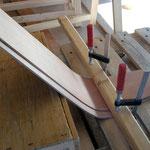 Das Holz vor dem Einbau in Form bringen.