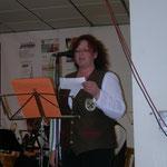 Birgit sagt das nächste Musikstück an