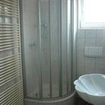 Badezimmer mit Fenster und Handtuchheizung