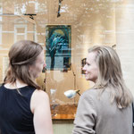 Links: Kerstin, stolze neue Besitzerin des blauen Kolibris von M-one.