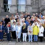 Egon Jüttner (links) mit Besuchern aus Mannheim vor dem Reichstag in Berlin