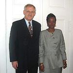 Egon Jüttner mit der ehemaligen Aussenministerin von Guinea, Fatoumata Kaba, in Berlin