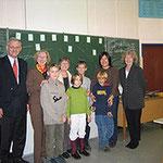 Egon Jüttner informiert sich über die Mannheimer Kinderakademie. Hier besucht er die Kinder der Arbeitsgemeinschaft Japanisch