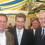 Egon Jüttner (rechts) mit Stadtrat Erwin Feike (links) und dem Ministerpräsidenten von Baden-Württemberg a.D., dem heutigen EU-Energiekommissar, Günther Oettinger; im Hintergrund: MIT-Chef Bernd Kupfer