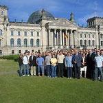 Studenten der Bundeswehr-Universität München mit Prof. Jüttner (Fünfter von rechts) und Prof. Wiesendahl (Siebter von rechts) vor dem Reichstagsgebäude in Berlin