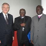Egon Jüttner mit dem katholischen Erzbischof von Gulu, John Baptist Odama (Mitte) und dem emeritierten, anglikanischen Bischof von Kitum, Macleord Baker Ochola II., beide aus Uganda
