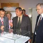 Geschäftsführer Peter Fischer (Mitte) erklärt dem früheren Sozialminister Andreas Renner, der ehemaligen Sozialbürgermeisterin Mechthild Fürst-Diery (beide links im Bild) und Prof. Dr. Egon Jüttner (rechts) den Neubau anhand eines Modells